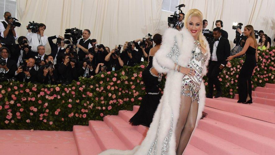 Gwen Stefani dans une mini robe ornée de pierres, surmontée d'un manteau imposant, signés Moschino. New York, le 6 mai 2019.