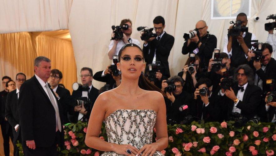 Sara Sampaio dans une imposante robe bustier brodée signée August Getty Atelier. New York, le 6 mai 2019.