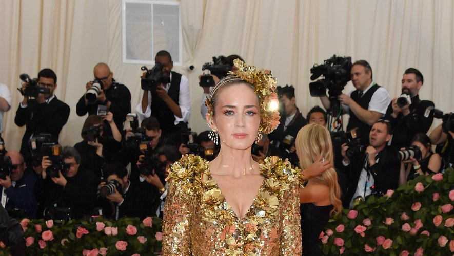 Emily Blunt dans une somptueuse robe brodée couleur or signée Michael Kors Collection. New York, le 6 mai 2019.
