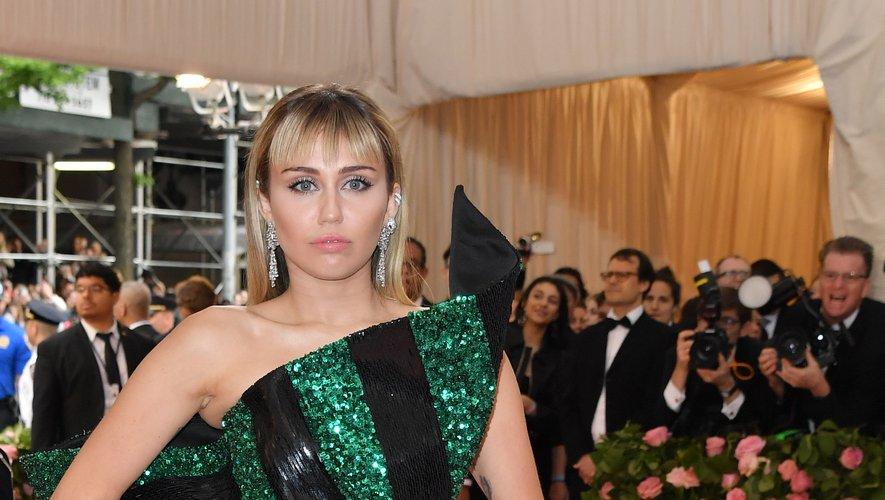 Miley Cyrus dans une mini robe asymétrique signée Saint Laurent. New York, le 6 mai 2019.