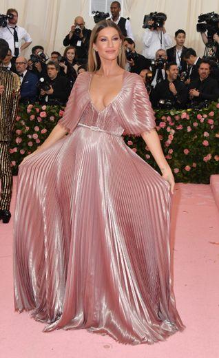 Gisele Bündchen dans une longue robe plissée tout en élégance, signée Dior Haute Couture. New York, le 6 mai 2019.