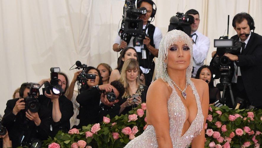 Jennifer Lopez dans une longue robe fendue ornée de perles, de paillettes, et de cristaux Swarovski, signée Versace. New York, le 6 mai 2019.