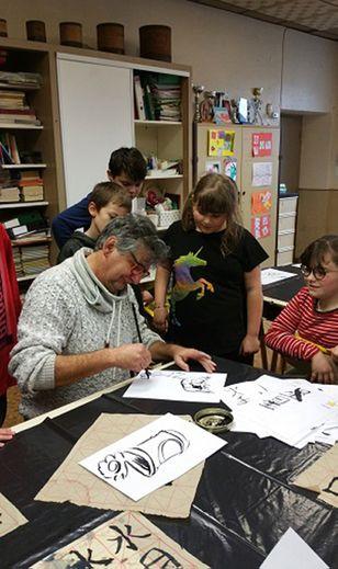 Les élèves ont tracé des idéogrammes avec des pinceaux chinois.