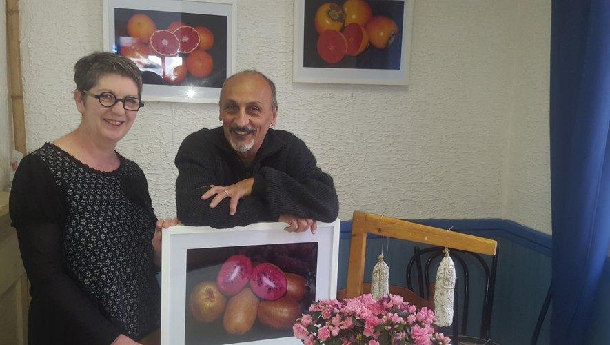 Cathy Mascles et Gilbert Borg devant quelques œuvres de l'artiste.