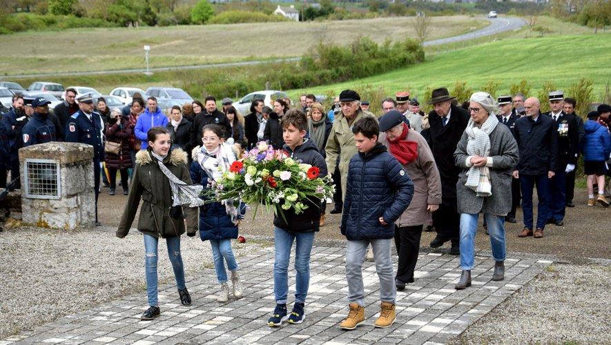 Les élèves de Sainte-Radegonde et l'association  des familles des fusillés.
