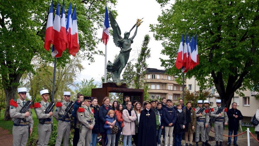 Les élèves ruthénois fiers de poser avec la préfète et la Légion.