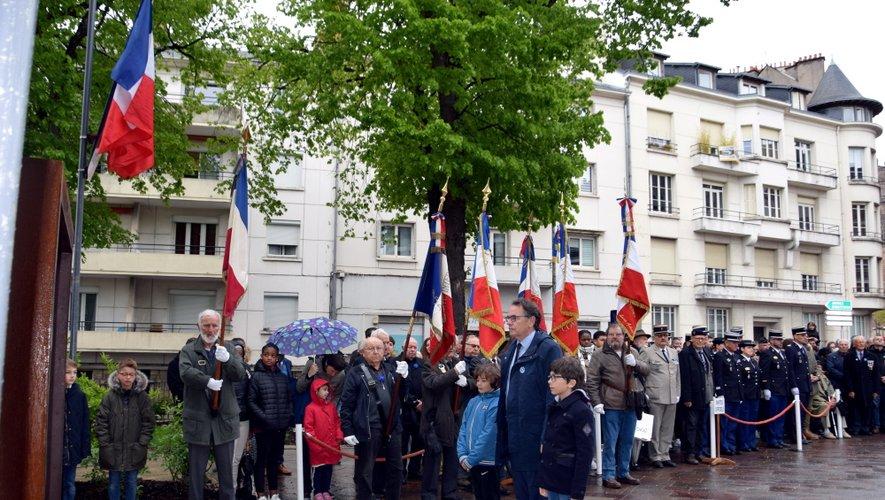 Le maire de Rodez,  Christian Teyssèdre,  accompagné des élèves ruthénois.