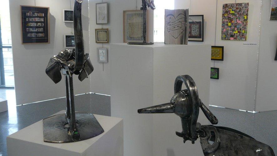 Les sculptures de B. Armand font de l'œil aux bibliothèques miniatures de D. Bernad.