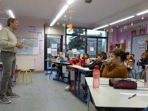 Les élèves de primaire sont attentifs aux explications de cet ingénieur, spécialiste de l'espace.