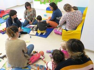Christelle et Valérie, ont animé un petit atelier autour de la lecture de comptines et de petites histoires.