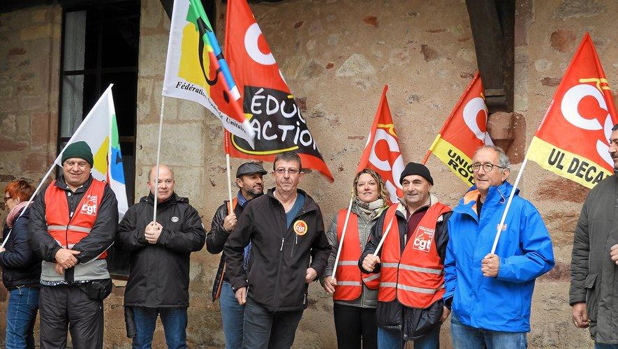 Les manifestants devant la permanence de Stéphane Mazars.