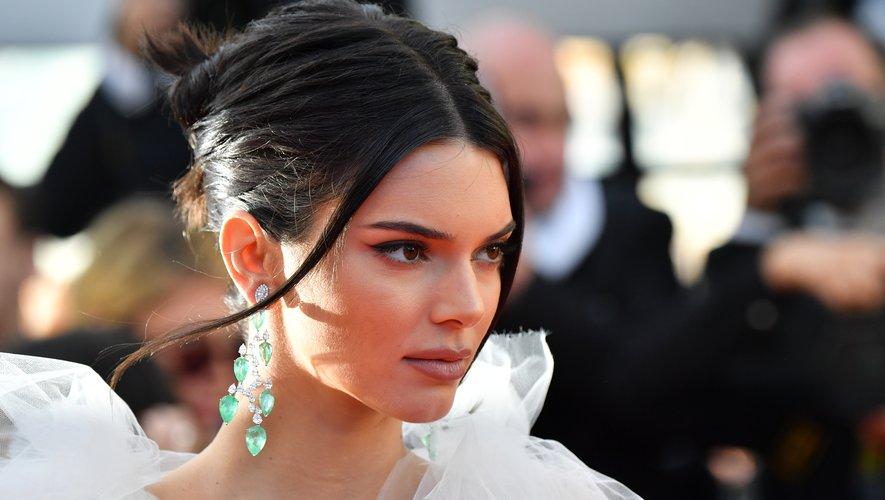 """Le mannequin américain Kendall Jenner pose à l'occasion de la projection du film """"Les Filles du Soleil"""" à Cannes, le 12 mai 2018."""