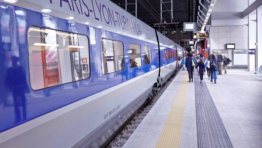 """La SNCF a également lancé jeudi """"des cartes moins chères, qui donnent plus de réductions, et donc qui sont plus avantageuses""""."""