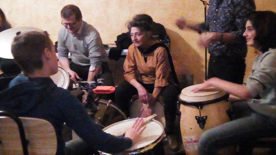 L'atelier de musique latine, s'entraîne avec César.