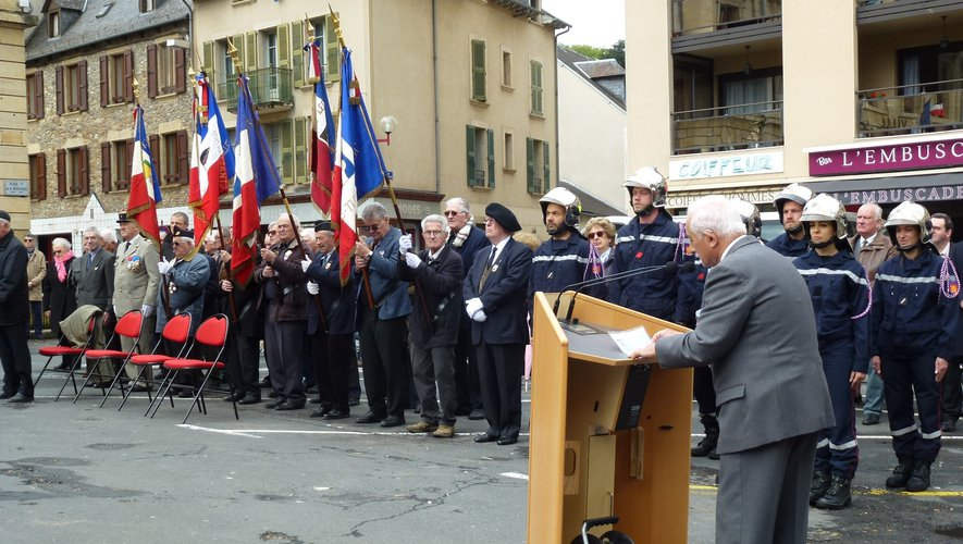 Le président des anciens combattants procède à l'appel des morts.