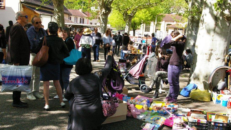 Le muguet emblématique du 1er mai était vendu par les parents d'élèves.
