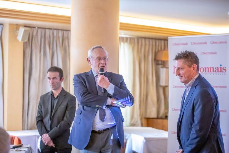 Entourés des partenaires, Bernard Maffre, PDG du groupe Midi Libre, et Serge Gélis, directeur général délégué de Centre Presse, ont présenté, hier à Paris, L'Aveyronnais qui sera distribué en version papier en Île-de-France dès le 1er juin.