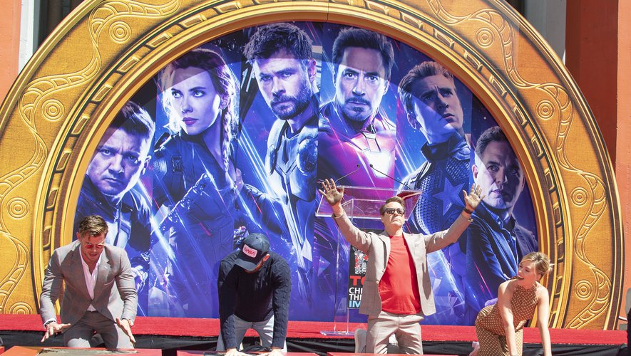 """Les comédiens de """"Avengers: Endgame"""" (de gauche à droite) Chris Hemsworth, Chris Evans, Robert Downey Jr. et Scarlett Johansson en 2019 à Hollywood"""