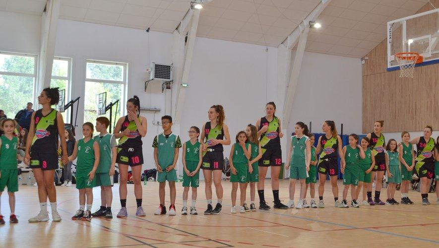 Les protégées de Nicolas Flottes et les licenciés de l'école basket.