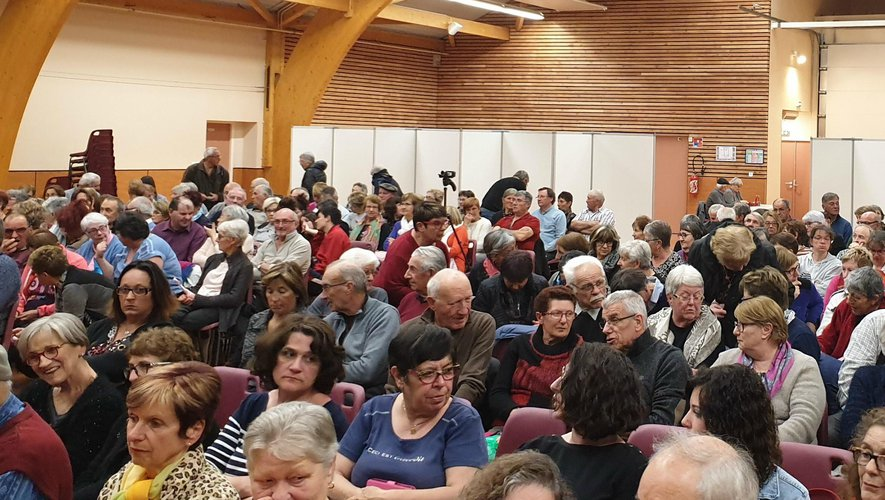 Un public nombreux venu applaudir  les comédiens locaux.