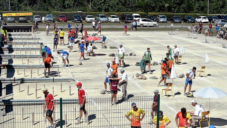 De la ferveur des championnats de France à l'apprentissage des jeunes joueuses et joueurs, en passant par le partage intergénérationnel et la convivialité, les quilles de huit sont partout en Aveyron, même en bords de route.