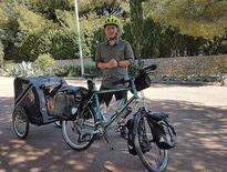 Thomas Hugueny a décidé de prendre la route de l'Espagne et du Maroc avec son vélo et son drôle d'attelage.
