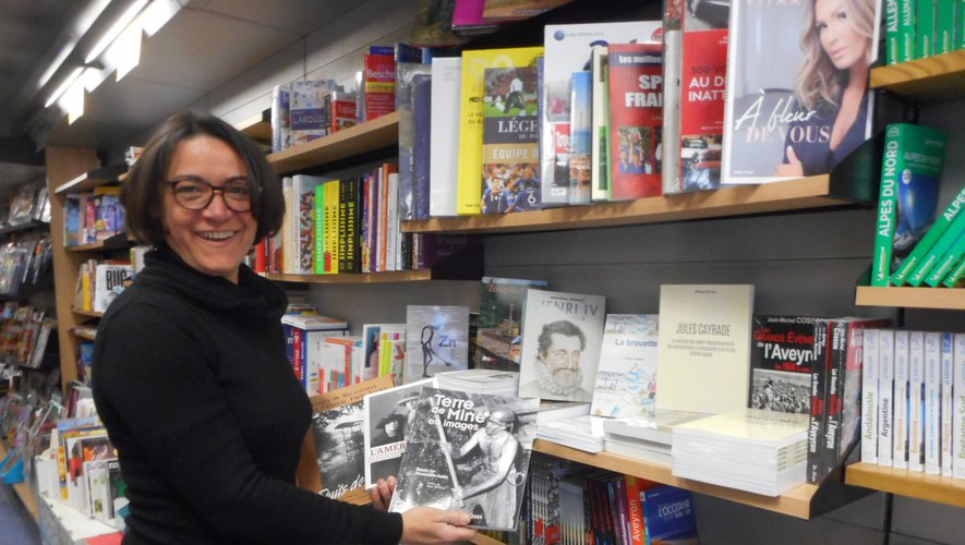 Francine Bousquet présente quelques ouvrages.
