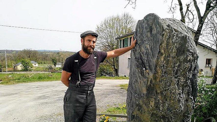 C'est à partir de blocs de pierre de plusieurs tonnes que Rémy Teulier sculpte ses œuvres. Ici, il est à côté de ce qui deviendra dans les prochains mois sa nouvelle pièce, déjà baptisée « Le Son de l'âme ».