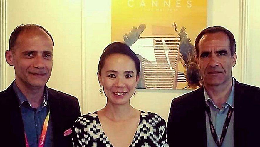 Pascal Galopin avec le réalisateur Christophe Monier entourant Naomi Kawase à Cannes. Ci-dessous avec la délicieuse Janine Piguet. Et ci-contre, à droite, avec le robot Asuna… moins glamour !