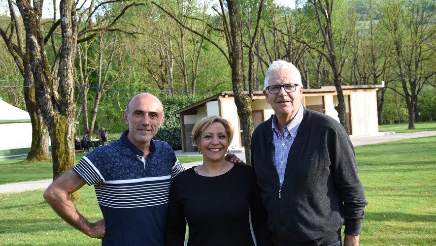 Stéphanie et David ont reçuun bel accueil du village, ici représenté par son maire.
