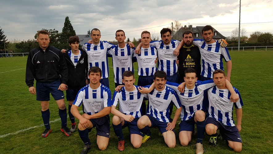 L'équipe de foot « Aubrac 98 » lors de la demi-finale de la coupe des Techniciens des Sports sur le terrain du Monastère.