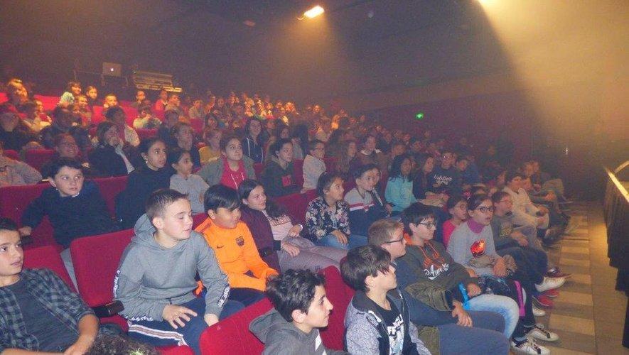 Les écoliers ont été subjugués par le spectacle.