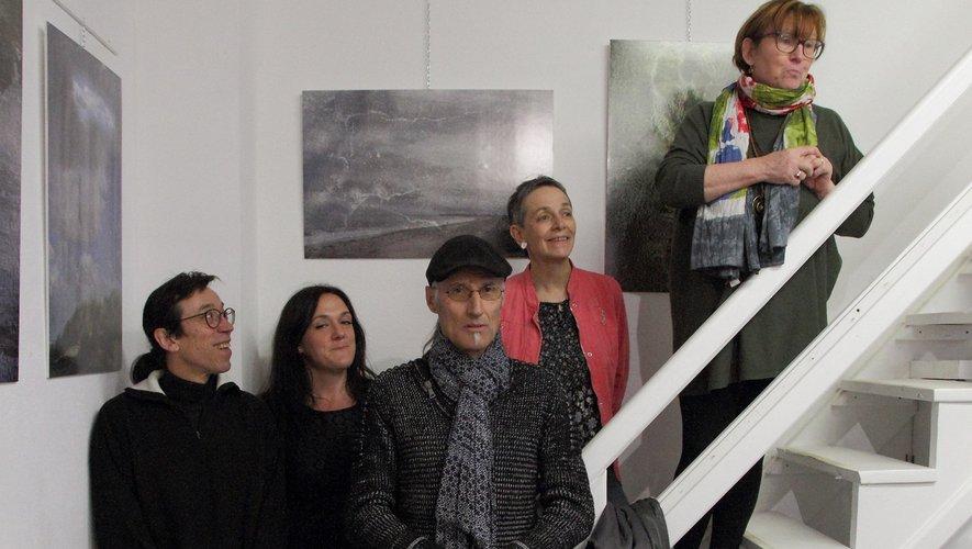 Le photographe Alain Hugonnenc entouré par une partie des artistes de Bulle d'Art.