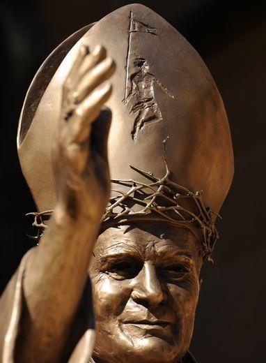Le documentaire pose la question de l'absence de réaction du pape Jean Paul II, du temps de son long pontificat.