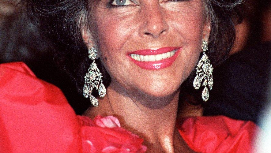 Elizabeth Taylor portait son habituel rouge à lèvres, des sourcils appuyés et une coupe volumineuse pour monter les marches de Cannes en 1987. Le 13 mai 1987