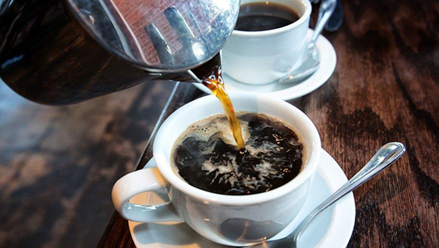 Une consommation modérée de café à raison de 2 à 4 tasses par jour a été associée à une réduction de la mortalité.