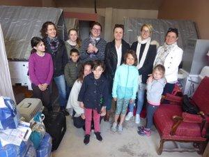Les bénévoles autour d'Emeline Blanc aux côtés des box aménagés.