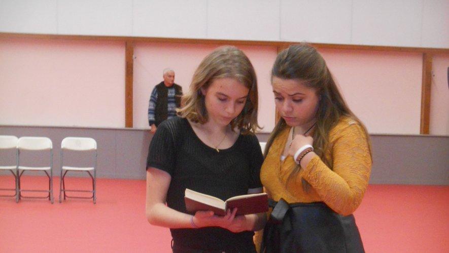 Ci-dessus :  que dit le livre magique Amandine ? Très utiles ces Horlogers du temps, pour indiquer la succession des siècles dans le spectacle...