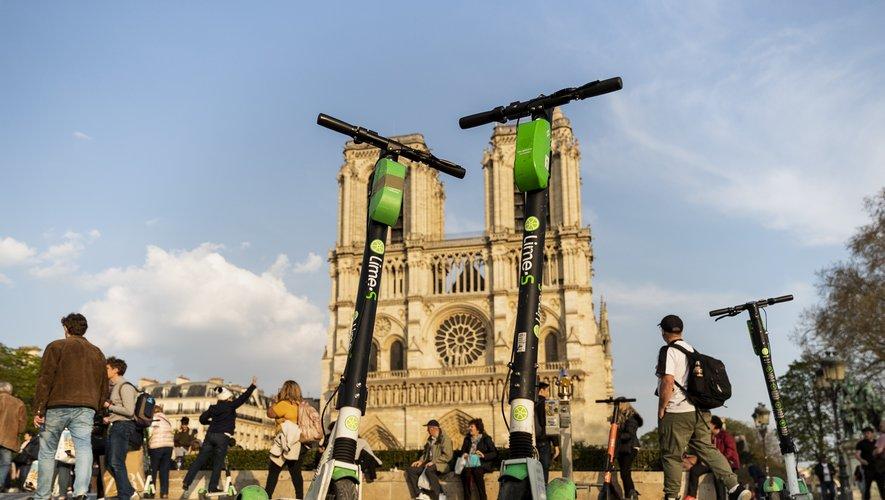 """Les trottinettes électriques sont environ 15.000 à Paris dont la situation arrive à """"saturation"""", selon la mairie."""