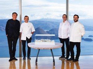 Michel et Sébastien Bras avec le chef Simone Cantafio qui dirige déjà le premier restaurant au Japon.