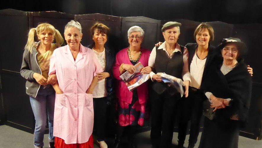 Les  six comédiennes et Sylvie Fadat avant le début du spectacle.