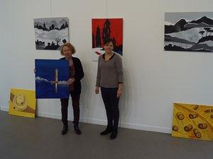 Marie Agnès Cros au côté de Nathalie responsable de la médiathèque et de la galerie.
