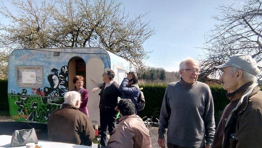Des échanges entre habitants et bénévoles du Secours catholique.