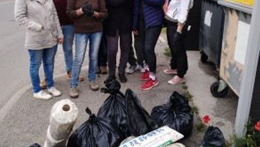 Des bénévoles collectant les déchets dans la bonne humeur.