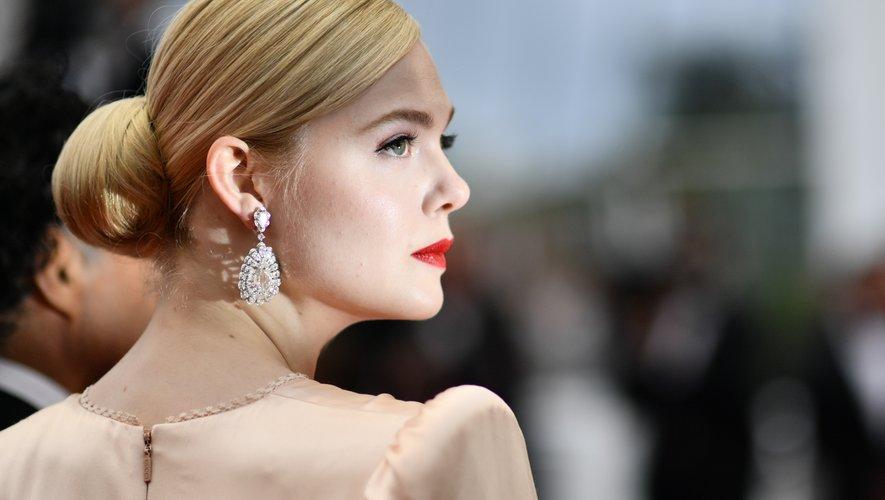 L'actrice américaine Elle Fanning, qui est aussi membre du jury cette année, a adopté une esthétique glamour à l'ancienne avec un beau chignon et un rouge à lèvres classique. Des sourcils marqués et un teint mate ont bien complété son look.