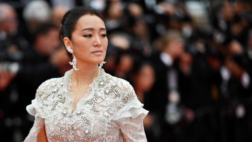 La star chinoise Gong Li a adopté un maquillage contemporain, en associant une ombre à paupières métallisée à un rouge à lèvres rose nacré. Une touche de poudre bronzante et quelques ondulations capillaires venaient magnifier son look.