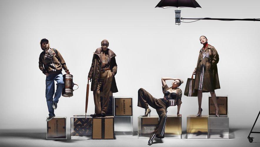 """Gigi Hadid prête ses traits à la première collection """"Monogramme"""" de Burberry."""