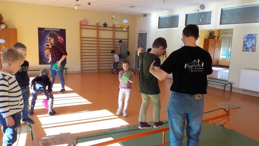 Les enfants préparent le spectacle qui sera présenté aux parents le 21 mai.