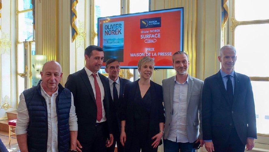 Olivier Norek entouré du ministre de la Culture Franck Riester et d'Agnès Ledig, auteure et présidente du jury./Photos DR.