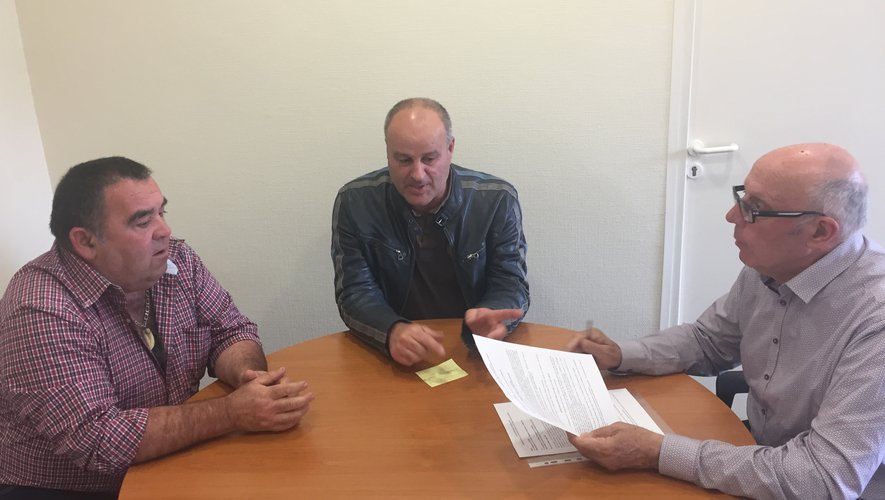 Le vice-président Bruno Segonds et Benoît Rouquier, le président de la Diane firminoise, ont signé la convention d'occupation de la Maison de la chasse avec le maire Jean-Pierre Ladrech (de gauche à droite).